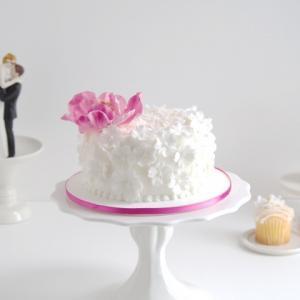白い小花がフリルみたい♪ピンクの差し色でシンプル可愛いウェディングケーキ