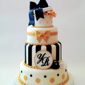 ギフトボックスをあしらったイエロー&ブラックのタワーウェディングケーキ