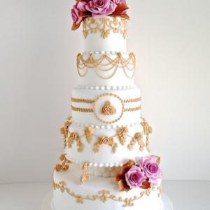 ゴールドのつた模様とピンクのバラで高級感のあるタワーウェディングケーキ