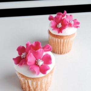 ビビットなピンクフラワーカップケーキ