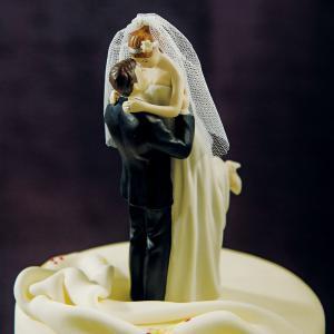 花嫁を抱き上げるケーキトッパー