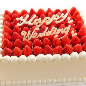 オーソドックスなスクエアが可愛い 隙間なく苺をのせたプレミアムストロベリーウェディングケーキ