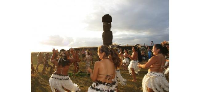 【日本では味わえない⁉】イースター島の村人と踊るモアイ像ウエディングとは