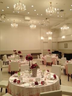 披露宴会場です。白が基調のシンプルなデザインでした。