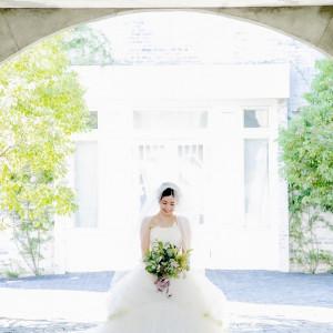 陽の当たるガーデンは純白ドレスの花嫁を引き立てます。|308616さんのPinco Picon(ピンコピコン)の写真(1112532)