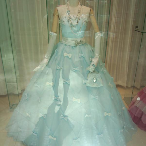 リボンたっぷりのブルーのドレス。シンデレラみたい!