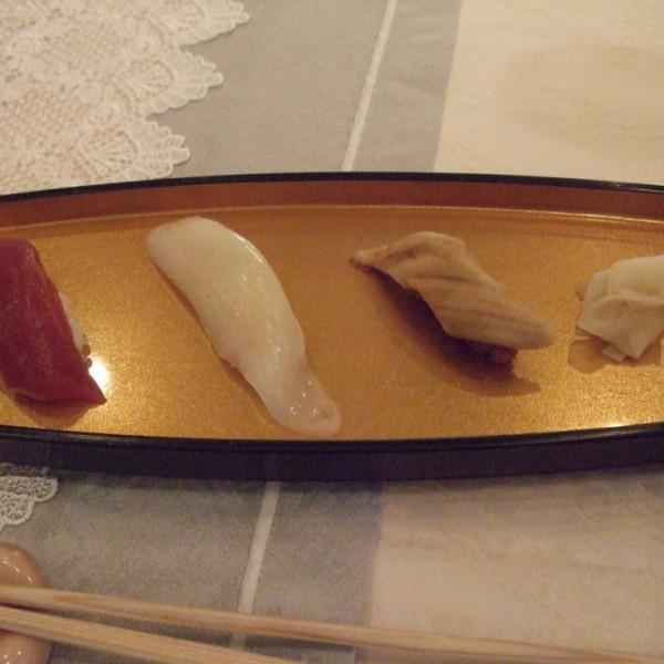 お寿司 左は赤ワイン米