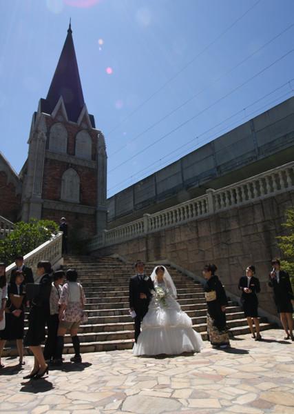 教会前で記念撮影 場所的には晴れていれば最高