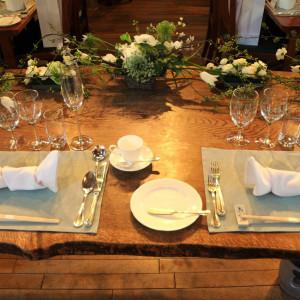 テーブルはクロスをひかず杢目の質感を活かし、花もシンプルに|341066さんの仏蘭西舎すいぎょくの写真(335739)