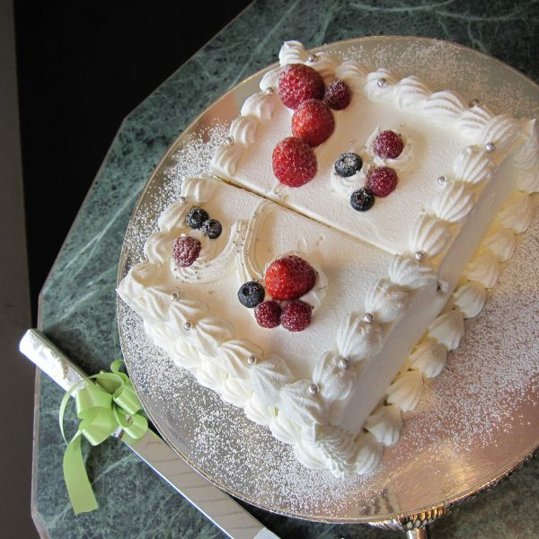 少人数披露宴用のこじんまりしたケーキ!味は抜群でした!