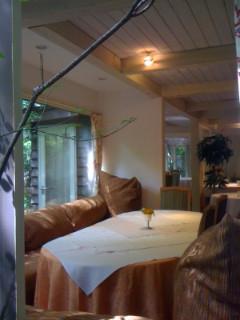 披露宴会場に大きなソファーのある机もありました。