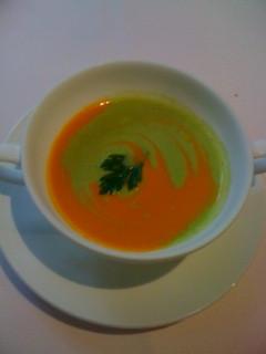 2種類のスープ。片方ずづ味わってから最後に混ぜます。美味。