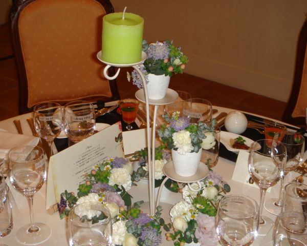 白とグリーンを基調としたゲストテーブル