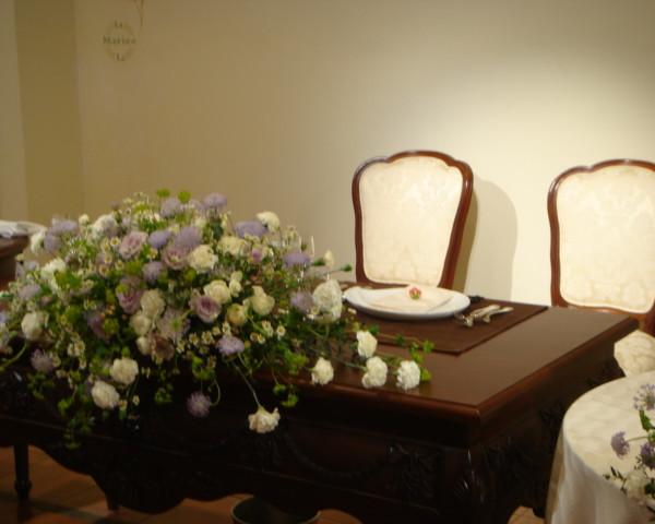 メインテーブルも清楚な花嫁の雰囲気にぴったり