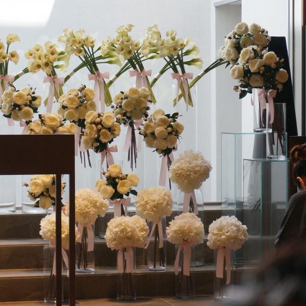 正面の装花も上品。