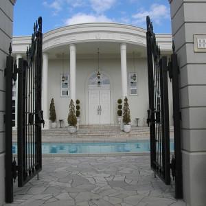 会場入り口。門の向こう側から貸切スペースです|365848さんのアーヴェリール迎賓館(岡山)の写真(94580)