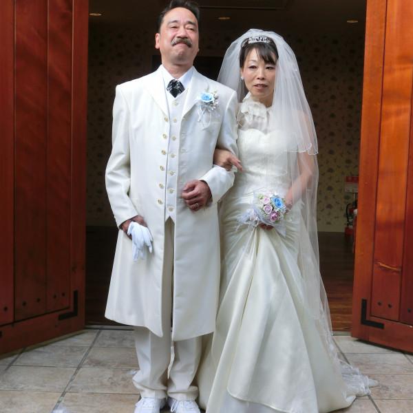 ふたりだけの結婚式をおえて式場の出口で
