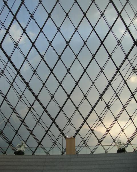 ガラスのピラミッド内に配置された式場