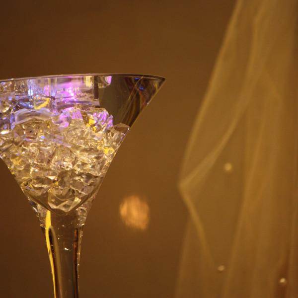 両家の水、たたずむ花嫁