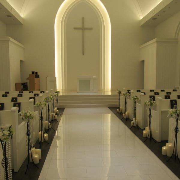 十字が印象的な、純白の大人っぽいチャペルです。