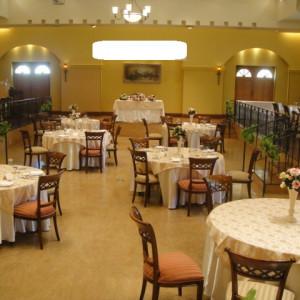 サイドのゲストテーブルは小上がりになっています|370701さんのヴィラ・デ・マリアージュ 太田の写真(450053)