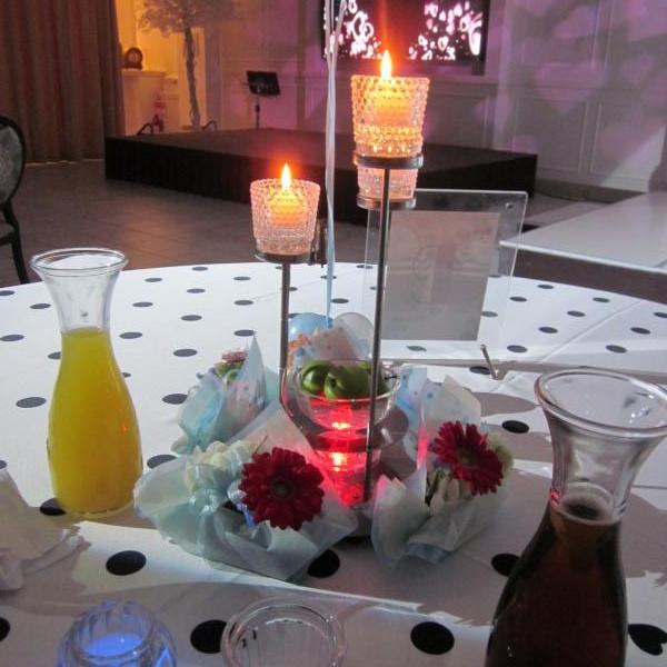模擬披露宴のテーブル席の飾りつけ