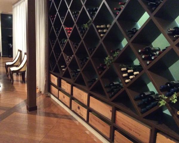 お店の名前にちなみ披露宴会場にもワインが