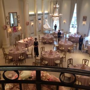 階段からの登場!誰もが憧れる演出ですね♥️ 376609さんのベイサイド迎賓館(横浜みなとみらい)(ウエディング取扱終了)の写真(146984)
