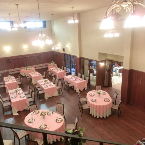 二階の控え室に続く螺旋階段の上から披露宴会場を写しました。