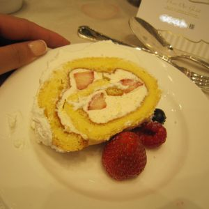 ウェディングケーキ。長~いロールケーキでした。 377484さんのヴィラ・デ・マリアージュ越谷レイクタウンの写真(157251)