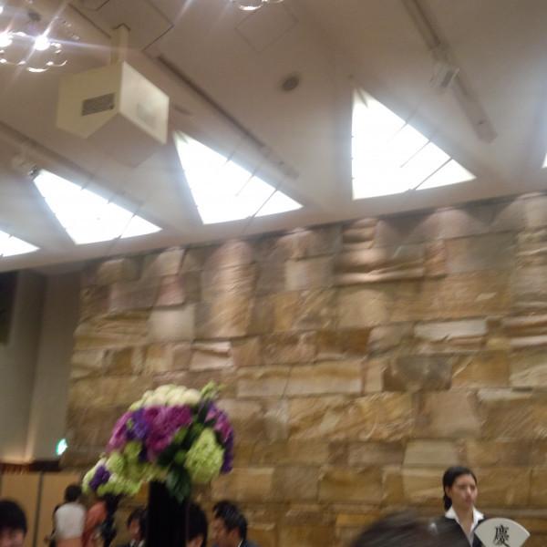 披露宴会場の天井の照明と壁の様子。
