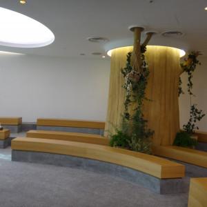 挙式会場内で存在感を放つ大木|384933さんのEnFance(アンファンス)の写真(418386)