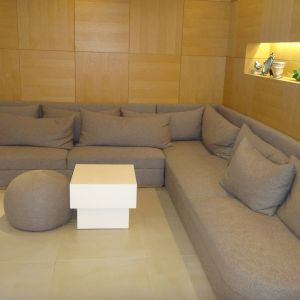 廊下にもゆったり座れるソファがありました|384933さんのEnFance(アンファンス)の写真(418389)