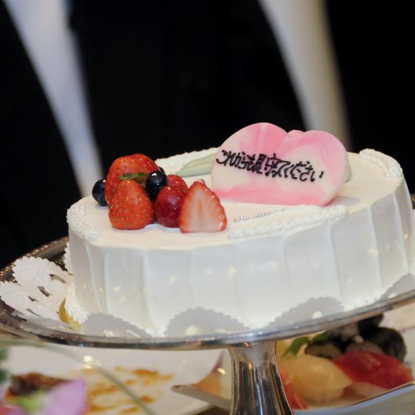 各卓ごとにウェディングケーキをコメント付きで準備