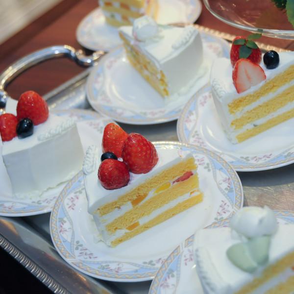 ウェディングケーキは綺麗にカットされゲストの元へ