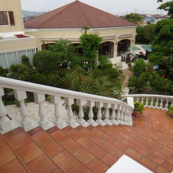 チャペルから出ると、建物とお庭が見渡せます。