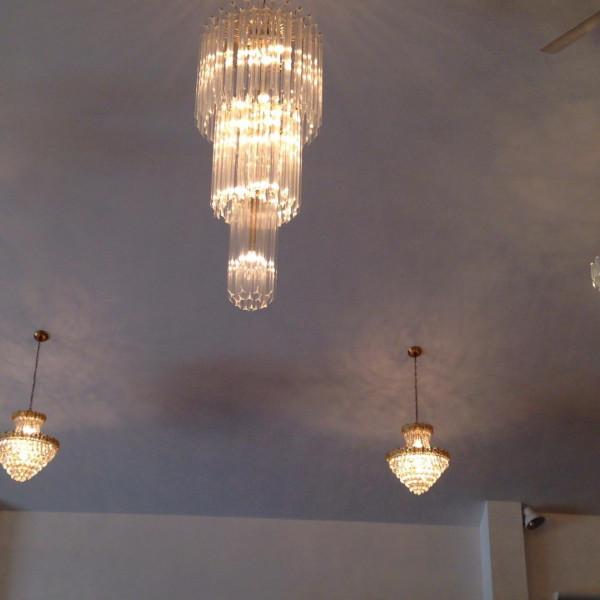 7メートルの天井に豪華なシャンデリア