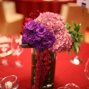 テーブルの上には紫陽花を初めとして明るいお花がいっぱい|409901さんのTOKYO AMERICAN CLUB(東京アメリカンクラブ)の写真(254648)