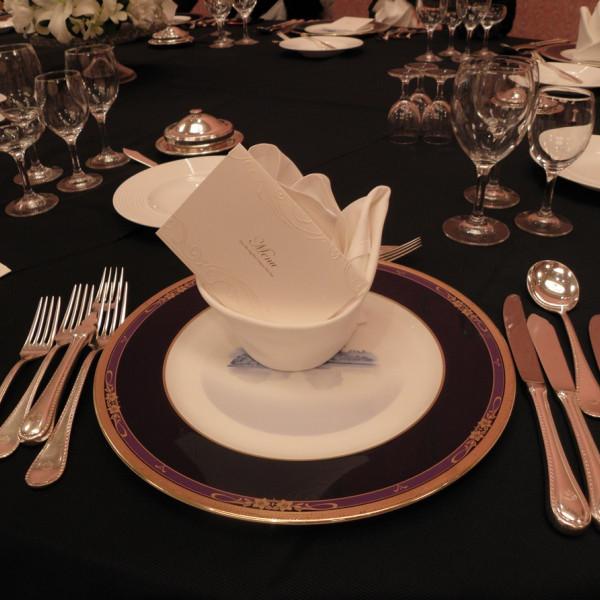 各テーブルに置かれている皿及びメニュー表