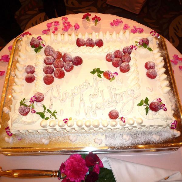 いちごのたくさんのったウエディングケーキ