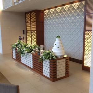 白が基調のガーデンスイート。新郎新婦席|418127さんのザ・グランスイート (-small luxury resort- THE GRAN SUITE)の写真(288068)