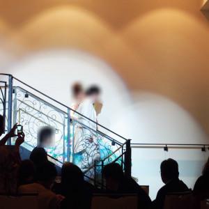 式場の大階段を下りる二人をライトアップ|420230さんのアール・ベル・アンジェ室蘭の写真(300057)
