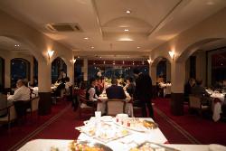 テーブル後方にデザートビュッフェを設置|422412さんのレストランMORIの写真(302057)