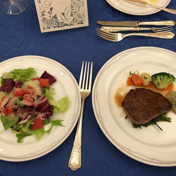 メインお肉とサラダ