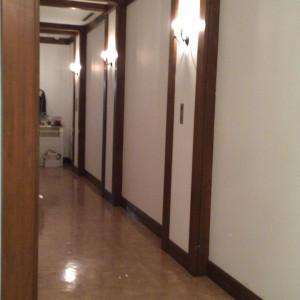 控え室は4室くらい。廊下を挟んで2室ずつなのでゆったり|439066さんの小さな結婚式 小樽店の写真(363247)