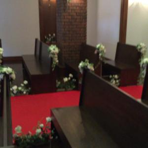 挙式会場のベンチ足元にも可愛いお花が飾ってあります|439066さんの小さな結婚式 小樽店の写真(363249)