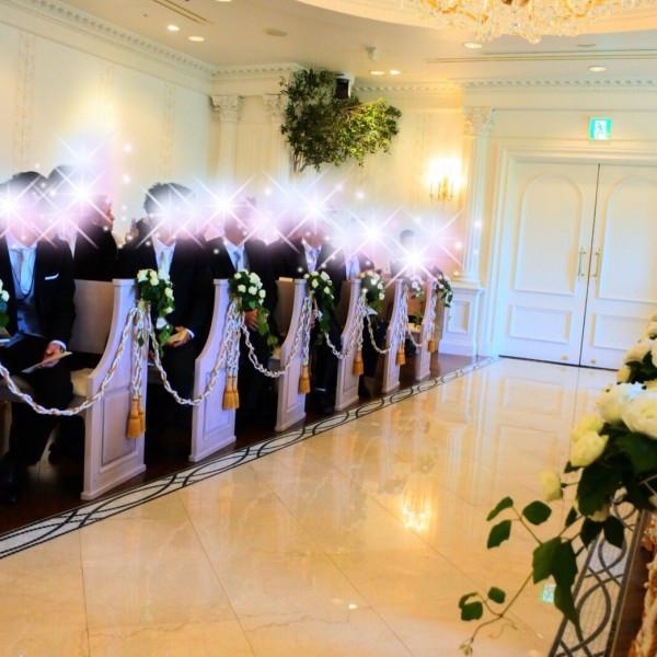 バージンロードの距離も長過ぎず、白い花の装飾がきれいでした。