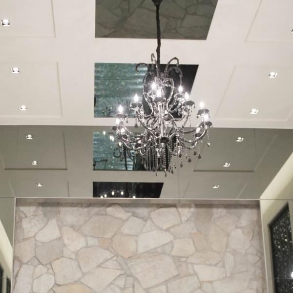 チャペルとシャンデリア 天井は高さがあります