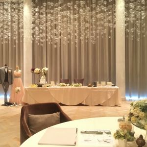 新郎新婦の入場時にカーテンが開きます|448658さんのIRIS WATER TERRACE AYAMEIKEの写真(405054)