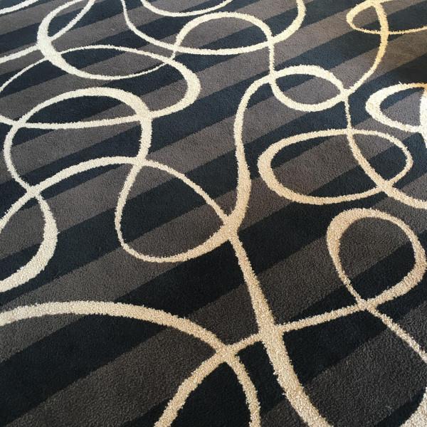 足元の絨毯も長良川のイメージだそう。